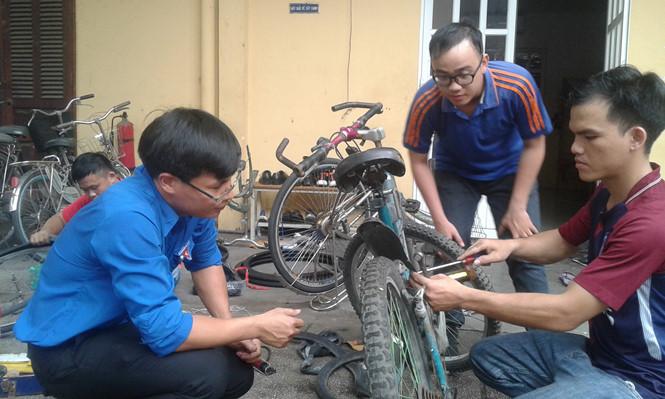 Sửa xe đạp cũ tặng học sinh