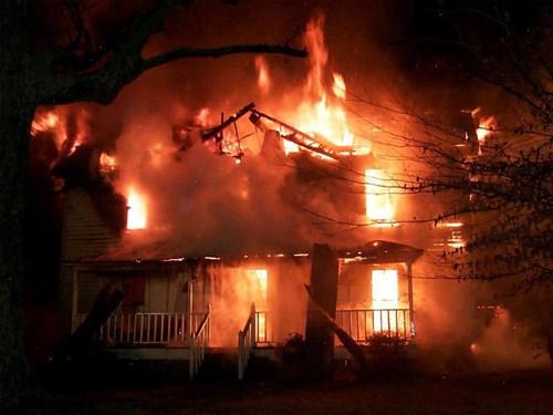 Hai bố con tử vong vì bị phóng hỏa lúc đang ngủ