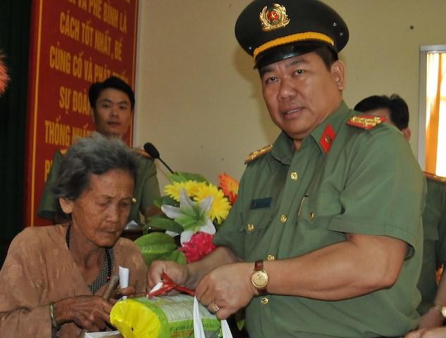 Công an TP Cần Thơ trao quà tết cho người dân Thốt Nốt
