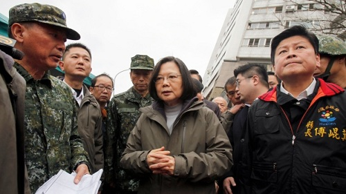 Đài Loan xuyên đêm tìm nạn nhân trong tòa chung cư sập vì động đất
