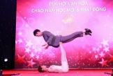 Nữ sinh mảnh mai trổ tài nâng MC Minh Xù nặng 60 kg