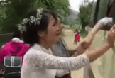 Clip cô dâu lấy chồng xa 'khóc như mưa' khi chia tay người thân
