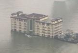 Video: Nhà hàng 5 tầng lững lờ trôi trên sông gây choáng