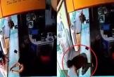 Clip: Chủ tiệm vàng nhảy qua tủ kính, tóm gọn