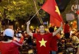 Dàn sao Việt xuống đường 'bão đêm' mừng đội nhà vào chung kết