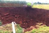 Hai hố sụt lún sâu hơn chục mét xuất hiện ở Ba Vì