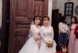 Cặp chị em sinh đôi giống nhau như tạc lấy chồng cùng ngày khiến dân mạng thốt lên: 'Chú rể chắc phải đánh dấu để nhận ra'