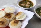 Hàng bánh căn lề đường Đà Lạt bán 10 kg bột mỗi ngày