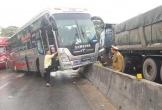 Xe giường nằm 'trèo' giải phân cách Quốc lộ 1A, hành khách hoảng loạn