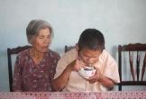 """Khốn khổ """"lão mù"""" mò mẫm đi xin ăn để nuôi mẹ bị ung thư"""