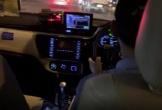 Thất kinh với cảnh tài xế taxi vừa lái xe vừa xem phim chưởng