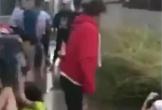 2 nữ sinh bị đánh dã man, không ai ngăn cản