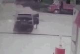 Ô tô phát nổ khi đang đổ xăng và phản ứng cực nhanh của tài xế