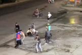 Hai nhóm thanh thiếu niên hẹn nhau ra quảng trường chém nhau kinh hoàng