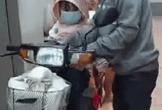 Cha cùng con gái chạy xe về quê, hũ tro cốt để trên giỏ khiến mọi người rơi nước mắt: Gia đình đi 3 nay về còn 2
