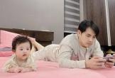 Đông Nhi khoe ảnh chồng và con gái đều chăm chú 'nghiên cứu công việc'
