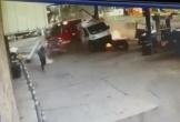 Bị ô tô con đâm ngang sườn, xe cứu hoả lao như bay vào trạm xăng