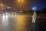Xúc động hình ảnh các chiến sĩ công an dầm mưa suốt đêm, căng mình trực chốt kiểm dịch Covid-19