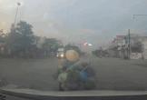 Sang đường không quan sát, người phụ nữ gây họa cho 2 ô tô