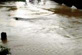 Người đàn ông bị nước lũ cuốn tử vong khi đi xe máy qua suối