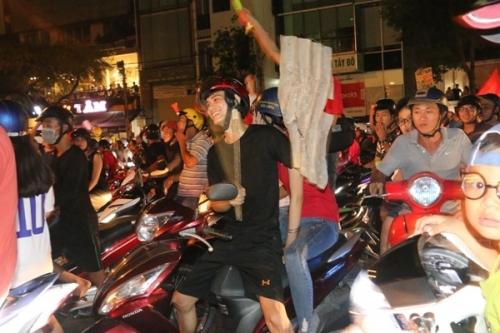 Người dân đổ xô ra đường, reo hò mừng chiến thắng