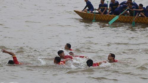 vận động viên bị rơi xuống biển