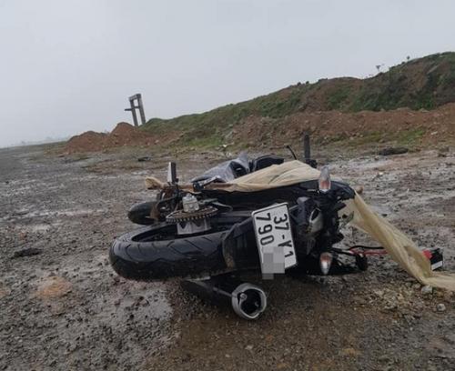 Xe máy hư hỏng nặng nằm gần thi thể